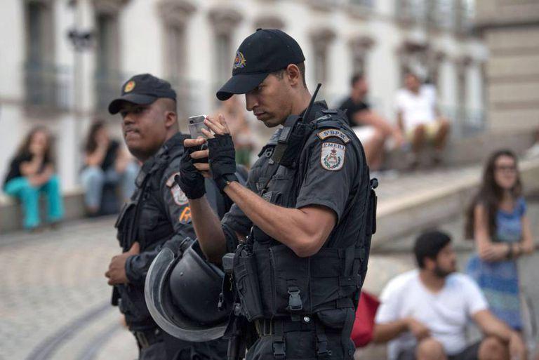 Policial militar do Rio de Janeiro tira foto dos arredores da manifestação contra o assassinato da vereadora Marielle Franco, no dia 16 de março.