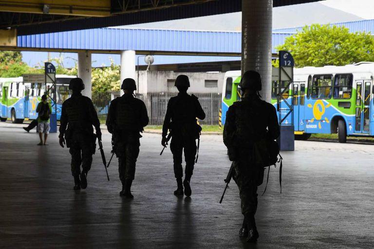 Exército patrulha um terminal de ônibus, em Vitória, nesta terça.