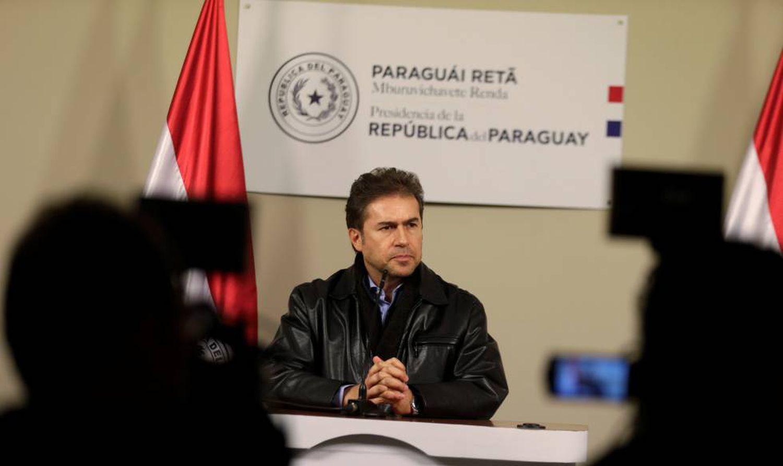 O chanceler paraguaio Luis Castiglioni anuncia sua renúncia ao cargo diante da imprensa.