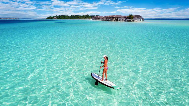 Paddle surf' na ilha de Mahibadhoo, nas Maldivas.