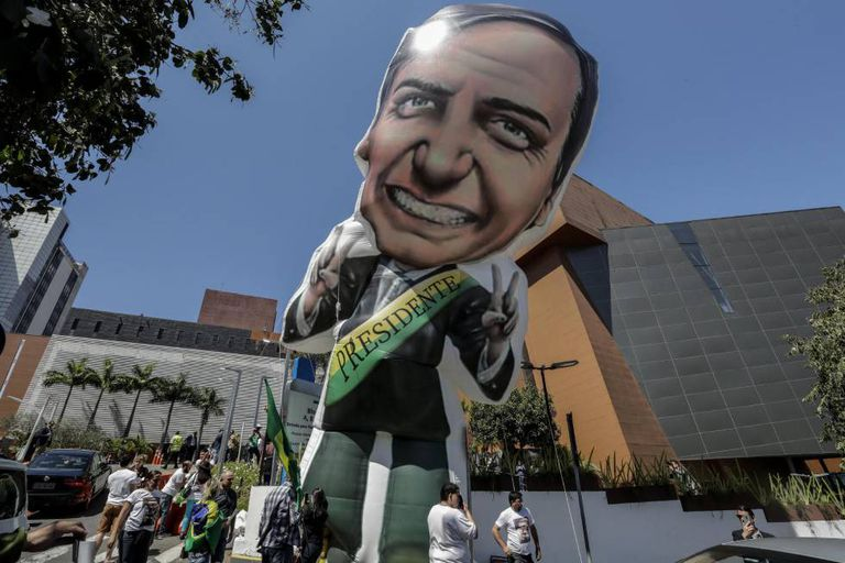 Boneco de Bolsonaro em frente ao hospital Albert Einstein.