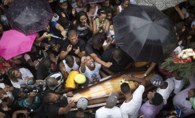 Enterro de Douglas Rafael da Silva Pereira no Rio.