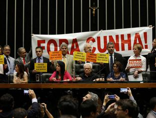 Deputados opositores de Cunha ocupam a Mesa Diretora da Câmara em comemoração à decisão do STF.