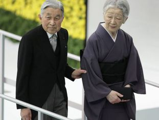 O imperador Akihito e a imperatriz Michiko, no sábado em Tóquio.
