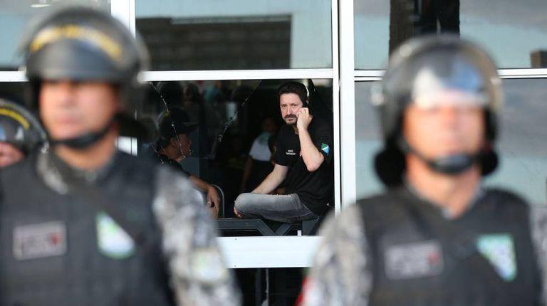 Agente penitenciário durante invasão no Ministério da Justiça.