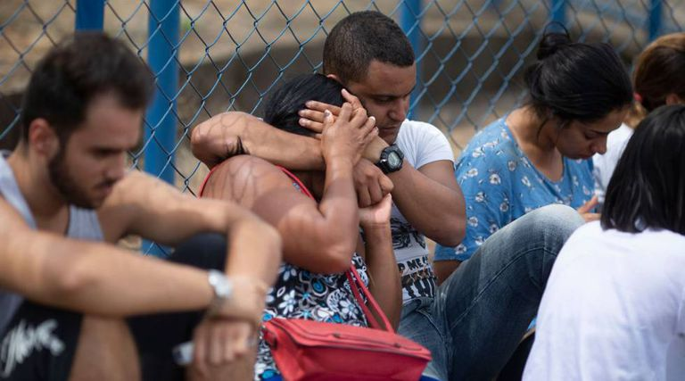 Pessoas aguardam informações sobre familiares no Centro de Comando da Crise, em Brumadinho.