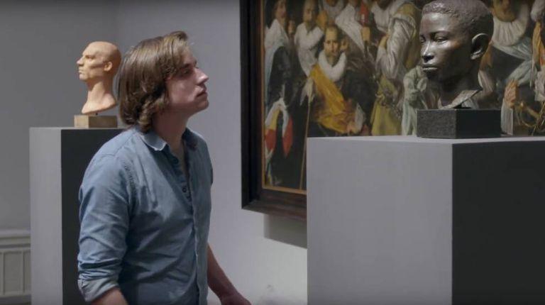 Alguns jovens vão ver obras de arte clássica em um museu, e ali acontece o inesperado.
