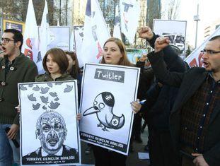 Jovens protestam nesta sexta-feira em Ancara contra o bloqueio do Governo ao Twitter.