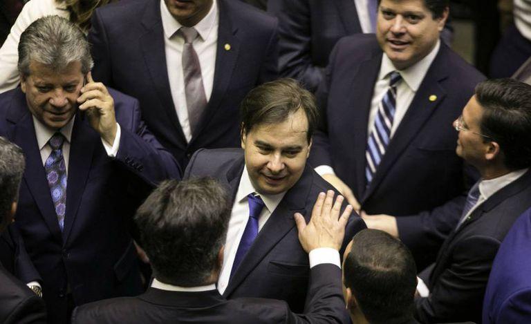 Rodrigo Maia cumprimenta colegas deputados no plenário da Câmara nesta sexta-feira.