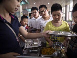 Grupo de crianças em um acampamento contra a obesidade em Pequim.