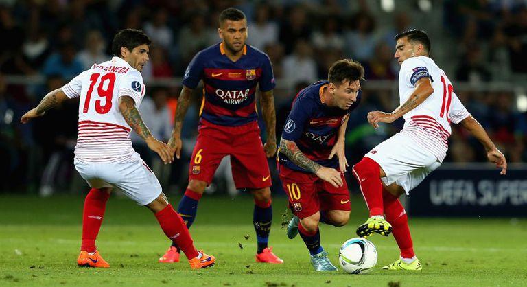 Messi disputa bola na final da Supercopa da Europa.