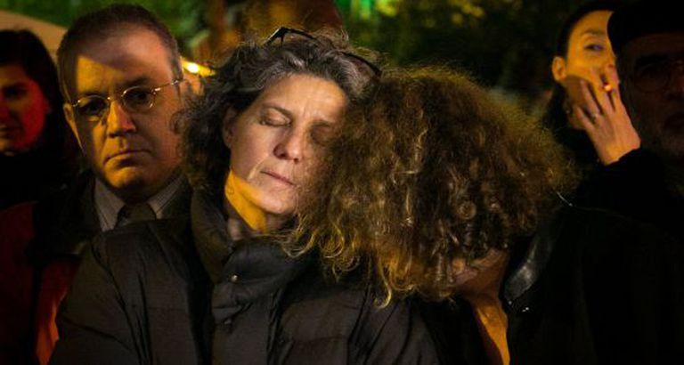 Duas pessoas em uma homenagem em Paris na sexta-feira.