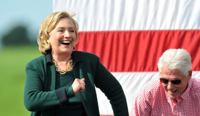 Hillary Clinton em Iowa, no domingo, junto de Bill Clinton.