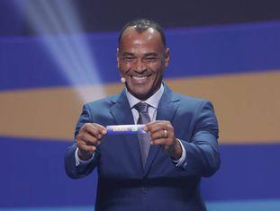 Cafu mostrando a bolinha com o nome do Brasil.