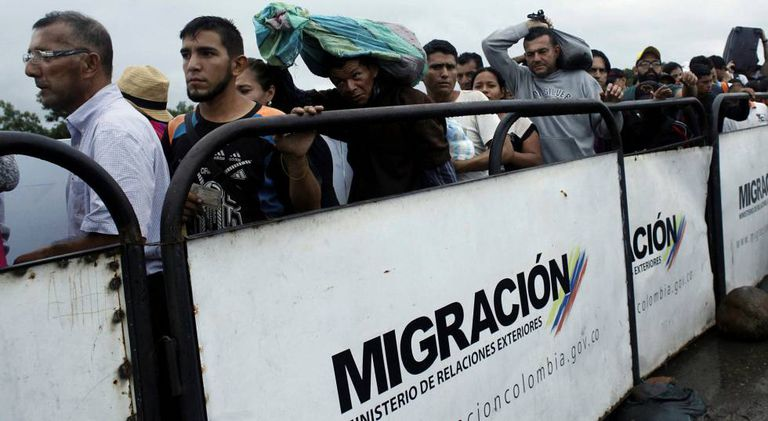 Venezuelanos cruzam a ponte Simón Bolívar na fronteira com a Colômbia.