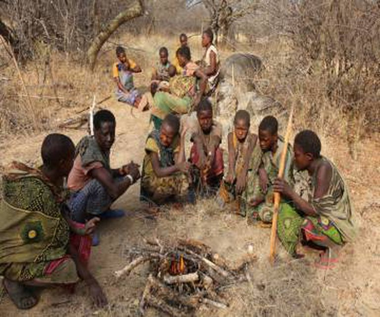 Mulheres hadzas assando tubérculos chamados ekwa