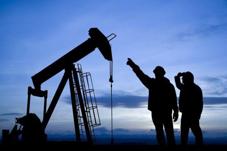 Operários em um poço petrolífero