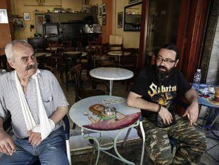 Dois gregos num café de Atenas, na sexta-feira.