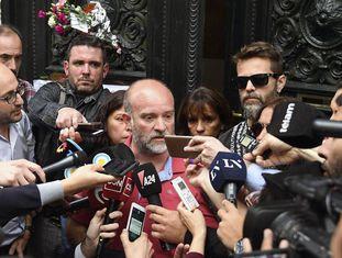 Com Andrea Antico e Germán Maldonado (de óculos), Sergio Maldonado reconhece diante da imprensa a identidade de seu irmão.