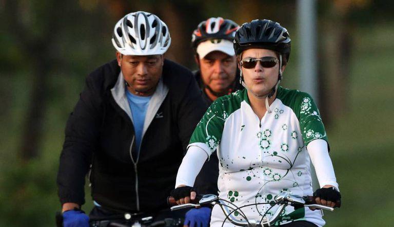Presidenta Dilma Rousseff pedalando em Brasília