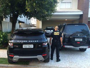 Policiais federais cumprem mandatos em Londrina.