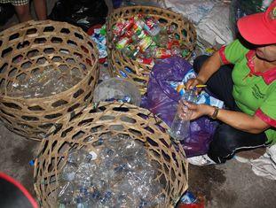 Em muitas regiões do planeta a reciclagem de plásticos ainda é manual, garrafa a garrafa, tampinha a tampinha