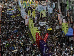 Milhares de pessoas saem em passeata em favor da democracia em Hong Kong.