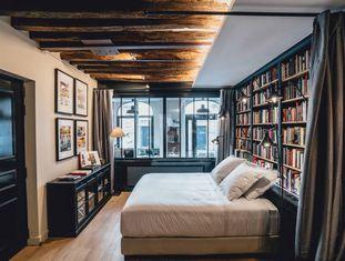 Interior de La Librairie, uma antiga livraria transformada em suíte no bairro parisiense do Marais.