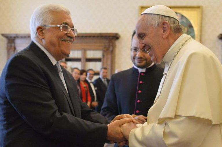 Francisco cumprimenta o presidente palestino, Mahmoud Abbas, no Vaticano.