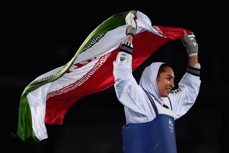 A iraniana Kimia Alizadeh Zenoorin depois de ganhar o bronze no taekwondo nos Jogos Olímpicos do Rio 2016.