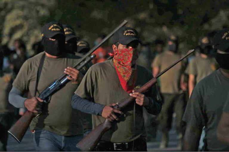 Guardas comunitários trabalham na busca pelos desaparecidos.
