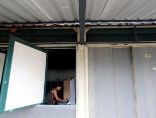 Uma mulher vota em um colégio eleitoral do Rio de Janeiro.