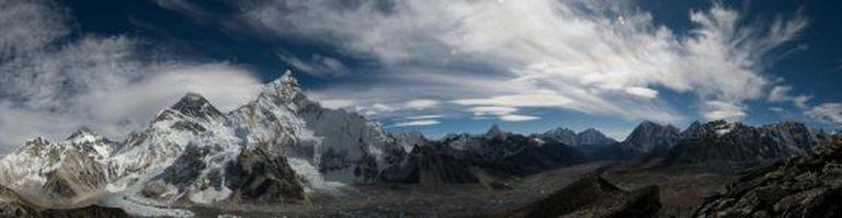 Panorâmica das montanhas Nuptse e Everest.