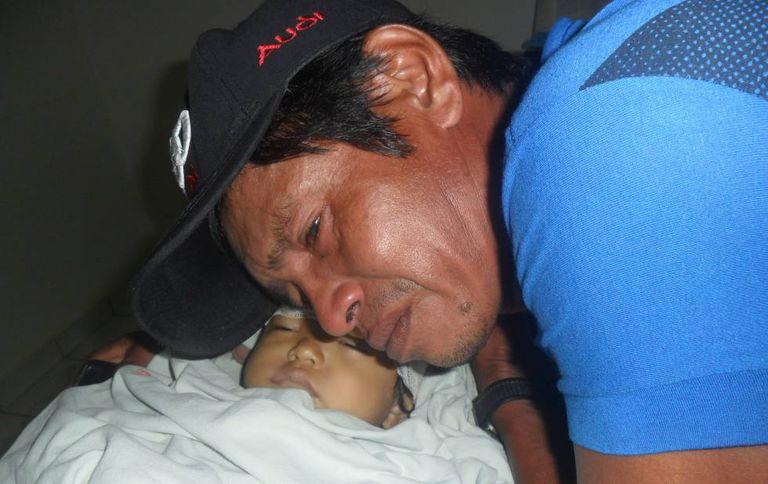 Pai chora sobre o corpo de Cirleudo.