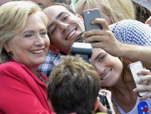 A candidata democrata posa para admiradores em Cleveland, Ohio.
