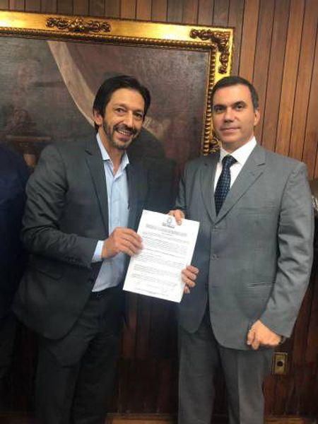 O vereador Ricardo Nunes, presidente da CPI, e o vice-presidente jurídico do Santander, Alessandro Tomao, após assinatura do acordo nesta sexta.