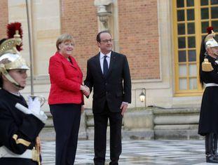 François Hollande recebe Angela Merkel em Versalhes (França).