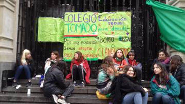 Alunas do Colégio Nacional Buenos Aires, em frente à escola.