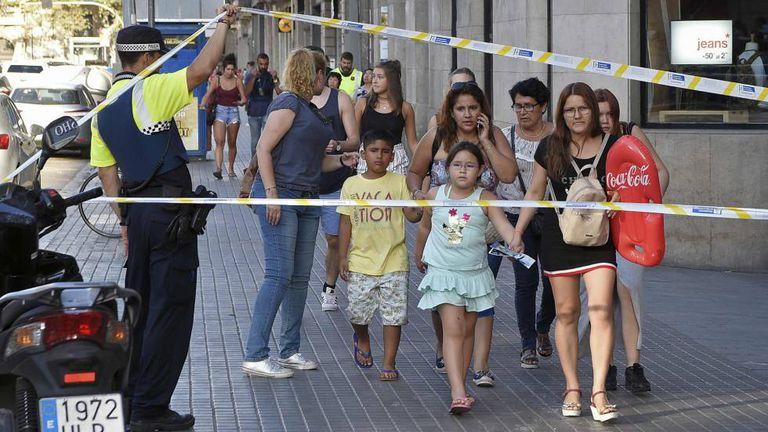 Pessoas deixam local do atentado