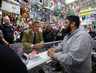 Nigel Farage, líder do antieuropeu UKIP, em uma loja de Birmingham.