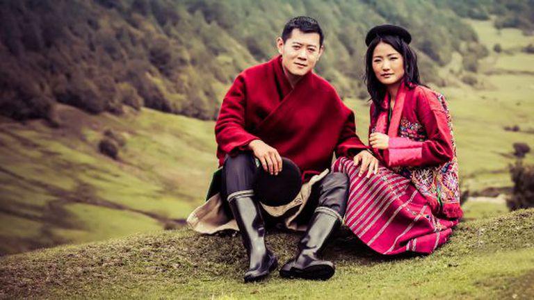 O rei do Butão, Jigme Khesar Namgyel Wangchuck, e a esposa, Jetsun Pema Wangchuk, em uma imagem oficial do calendário real.