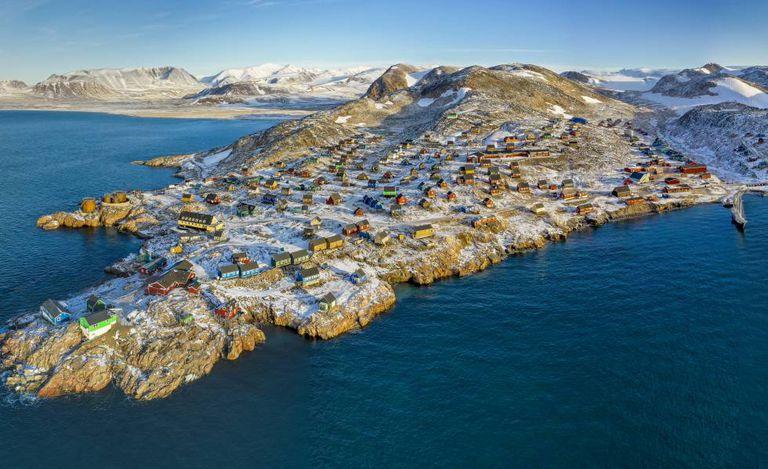 Vista da cidade de Ittoqqortoormiit, na costa leste da Groenlândia