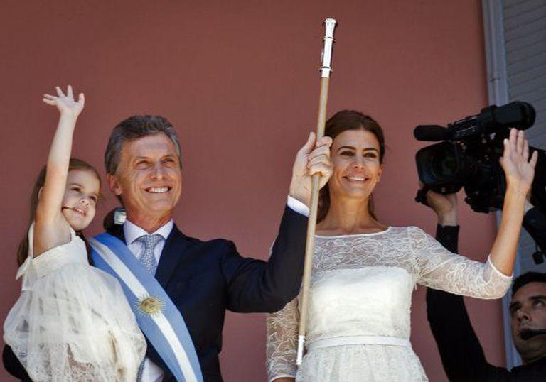 Mauricio Macri, junto a sua esposa Juliana Awada e com sua filha Antonia nos braços, na varanda da Casa Rosada.