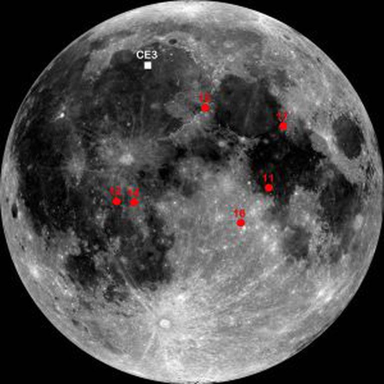 Sobre a superfície lunar, a região de alunissagem da missão chinesa CE3. Em vermelho, as regiões de alunissagem das missões Apolo.