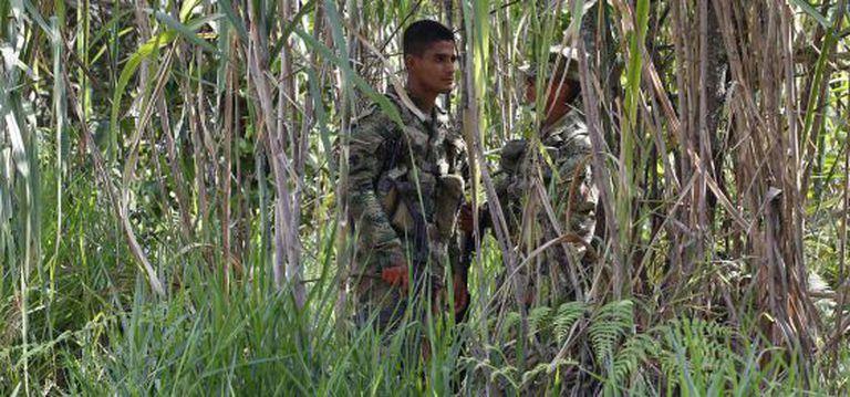 Soldados no local de uma emboscada contra militares executada na sexta-feira pelas FARC.