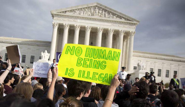 Manifestação diante da Suprema Corte contra o presidente eleito por suas propostas relativas à imigração