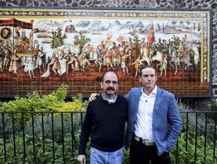 Federico Acosta e Ascanio Pignatelli se abraçam 500 anos depois da chegada de Hernán Cortés ao México.