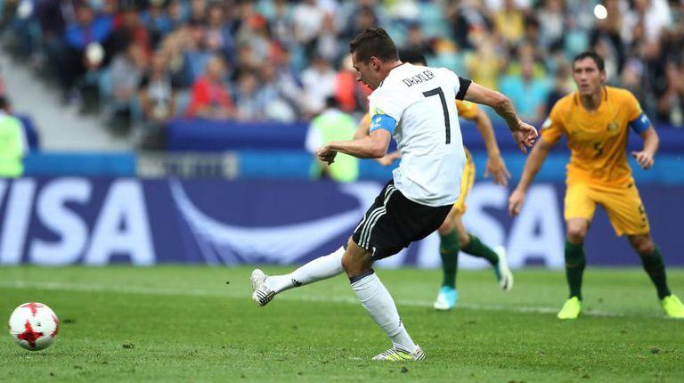 Draxler marca, de pênalti, o segundo gol da Alemanha.