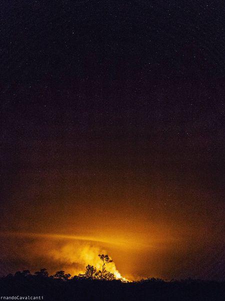 O céu estrelado da Amazônia com queimadas na floresta, feito na reserva de Tenharim Marmelos (AM).