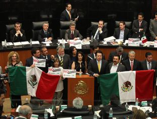 Senadores da esquerda mexicana na contramão da reforma energética.